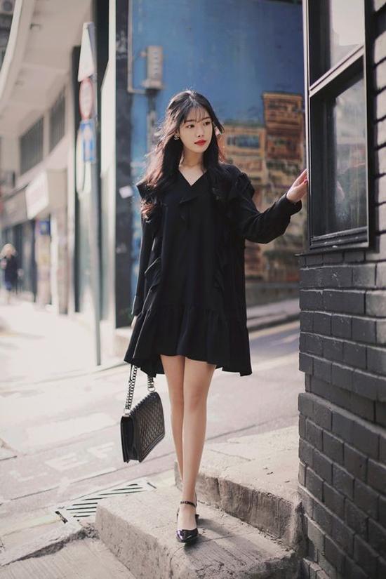 Đầm suông dáng rộng trở nên mới mẻ hơn bởi cách trang trí những đường bèo nhún dọc thân váy. Bộ cánh không kén dáng và mang lại sự thoải mái cho các nàng khi dạo phố.