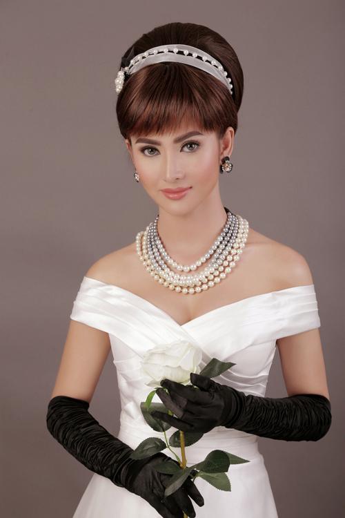 Sự thơ ngây xen lẫn thnh co củ nữ minh tinh được tái hiện qu bàn tycủ chuyên gi trng điểmHồ Khnh. Audrey Hepburn chuộng lối trng điểm với nền mỏng nhẹ, tập trung vào đôi mắt to tròn long lnh.