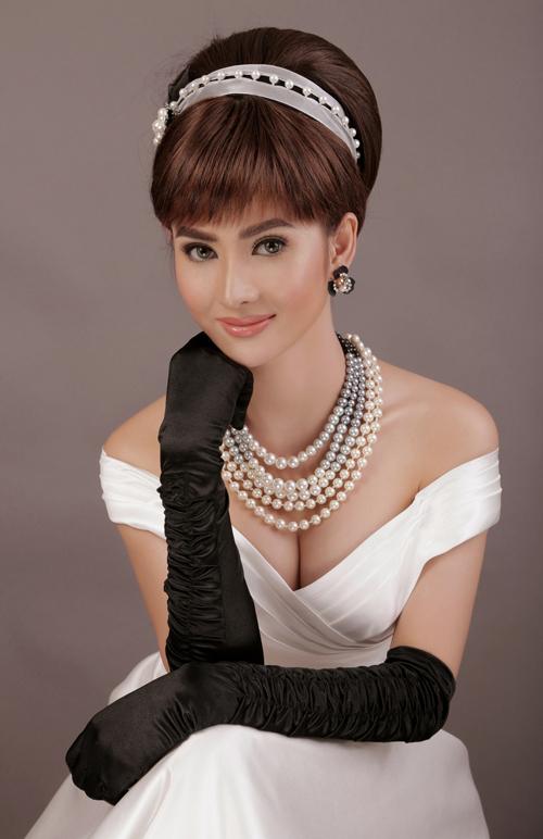 Mái tóc được buộc gọn gàng, phần mái xéo đặc trưng là điểm nhấn trong phong cách củ Audrey Hepburn.