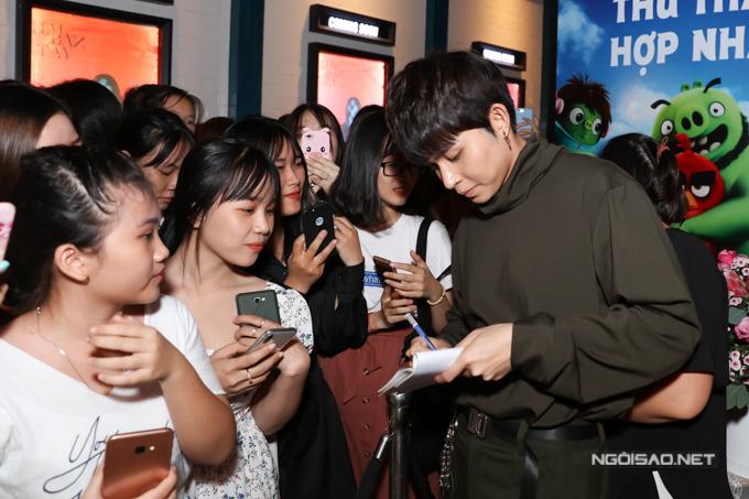Chàng ca sĩ có lượng fan teen đông đảo, đặc biệt từ khi anh tham gia show truyền hình Running Man phiên bản Việt.