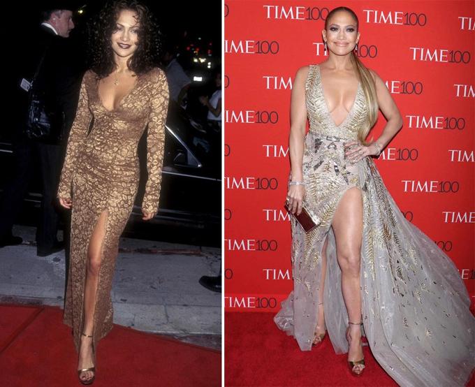Jennifer Lopez vừa đón sinh nhật lần thứ 50 vào hôm qua, 24/7. Dù đã ở độ tuổi ngũ tuần, cô vẫn trung thành cùng phong cách sexy, phô diễn thân hình săn chắc. Tham dự sự kiện Time100 năm ngoái (phải), bà mẹ hai con chọn đầm xẻ trên xẻ dưới còn táo bạo hơn so với chiếc váy tương tự cô từng mặc tới buổi công chiếu phim năm 1997.