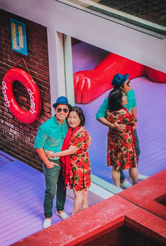 Trong chuyến đi này, Nguyên Khang và mẹ còn thăm quan khách sạn Dash Hotel Seminyak - địa danh nổi tiếng với rất nhiều biểu tượng chú thỏ vấp ngã.