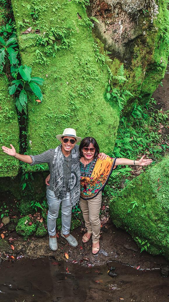 Hai mẹ con của MC Nguyên Khang thăm thú hang Goa Gajah hay còn gọi là hang Voi. Đây là địa điểm du lịch nổi tiếngnằm tại làng Bedulu cách thị trấn Ubdu khoảng 6km,được xem như là một thánh địa tôn giáo được Unesco công nhận là di sản thế giới.