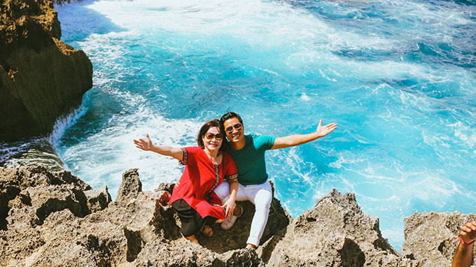 Nguyên Khang và mẹ rất ấn tượng với hồ nước ngọt Angel's Billabong nằm giữa biển cả.