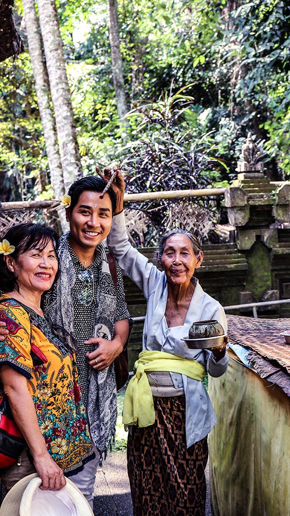 Nhân dịp sinh nhật của mình ngày25/7, Nguyên Khang mời mẹ sang Bali (Indonesia) để du lịch. Đây là lần đầu tiên bà có dịp đến với đất nước vạn đảo và đặt chân đến điểm đến hấp dẫn du khách toàn thế giới. Đây cũng là lần đầu tiên Nguyên Khang tổ chức sinh nhật ở nước ngoài.