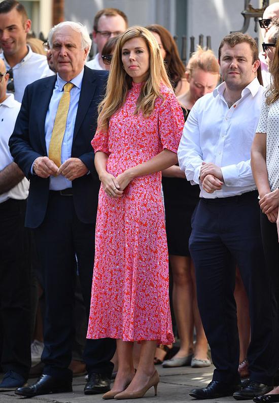 Carrie Symonds mặc váy hoa đứng trên phố Downing nghe bạn trai - tân Thủ tướng Anh Boris Johnson phát biểu hôm 24/7. Ảnh: AP.