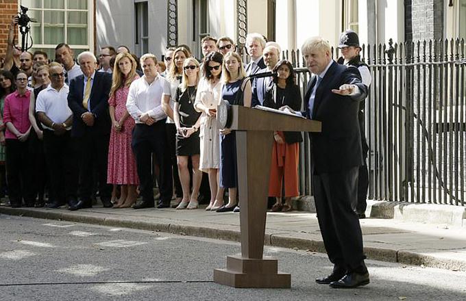 Ông Boris hăng say diễn thuyết nhưng không một lần nhắc đến hay chỉ tay về phía bạn gái đang đứng gần đó trong lần phát biểu đầu tiên trước công chúng với tư cách Thủ tướng Anh. Ảnh: AP.