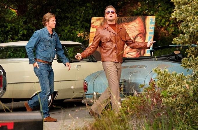 Brad Pitt (trái) và Leonardo DiCaprio mặc trang phục thập niên 1960 trên trường quay Once Upon A Time In Hollywood.