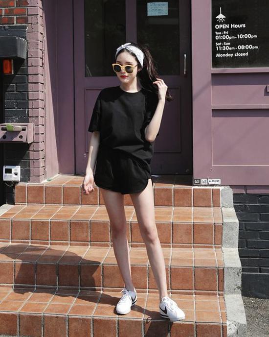 Áo thun mặc theo phong cách giấu quần vừa tôn chân thon dài vừa giúp người mặc trở nên gợi cảm hơn.