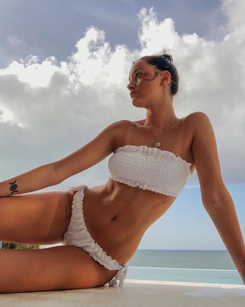 Chân dài 23 tuổi và chàng cầu thủ điển trai bắt đầu quen nhau qua mạng xã hội năm 2017, khi đó Dybala đang hẹn hò nữ sinh