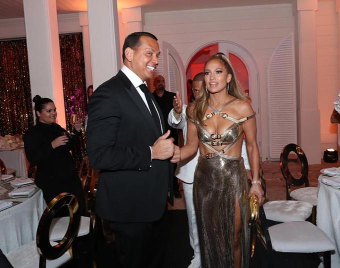 Jennifer Lopez diện váy Versace gợi cảm bên Alex trong tiệc sinh nhật 50 tuổi.