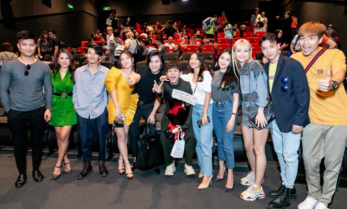 Jun chụp ảnh cùng bạn bè nghệ sĩ trong buổi ra mắt sản phẩm mới, chiều 24/7.