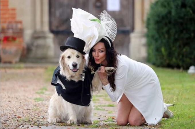 Elizabeth Hoad bên cạnh chồng sắp cưới là cún cưng Logan.
