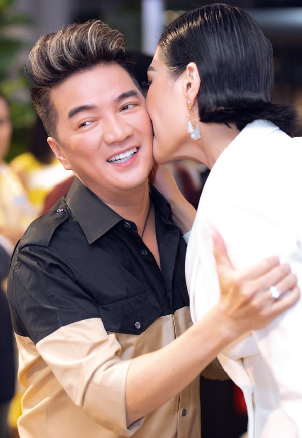Ông hoàng nhạc Việt cười tươi khi được Vũ Cẩm Nhung hôn má.