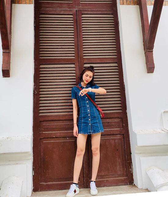 Khi diện váy jeans cài nút với dáng trang phục tôn chân thon, Tường Linh chọn phụ kiện túi đeo chéo, giầy sneaker của Gucci để hoàn thiện set đồ.