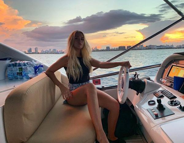 Người đẹp làm người mẫu bán thời gian đăng ảnh trong kỳ nghỉ ở Miami. Trong khi Aguero vẫn được nghỉ hè vì vừa dự Copa America, các đồng đội của anh đang đi du đấu châu Á. Hôm 24/7, đại diện Ngoại hạng Anh giành chiến thắng 6-1 trong trận giao hữu với CLB Kitchee ở Hongkong.