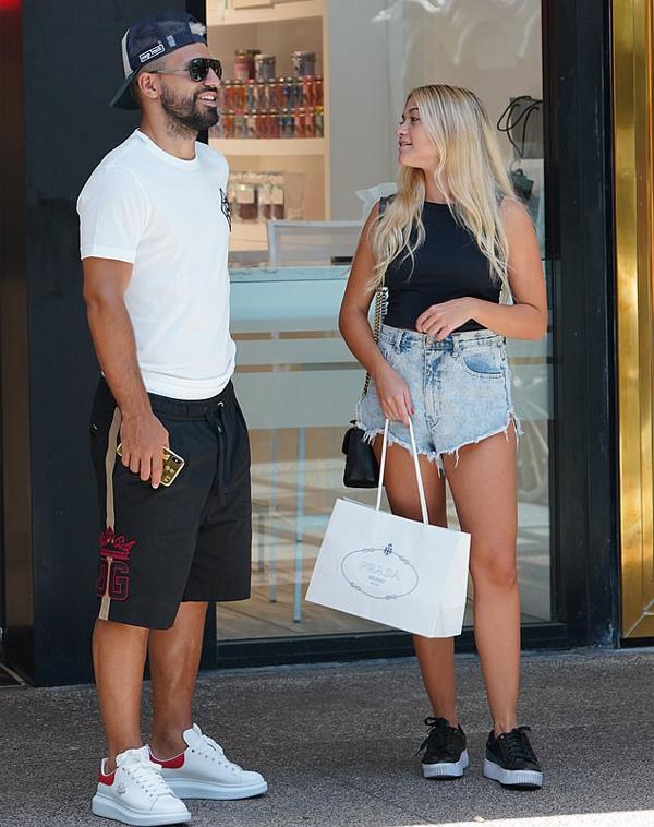 Aguero và bạn gái tươi cười sau khi mua được một món đồ ưng ý.