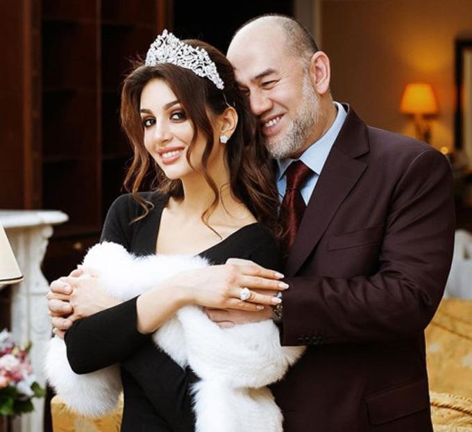 Cựu vương Mohammad V với vợ hoa khôi trong đám cưới tháng 11 năm ngoái. Ảnh: east2west.