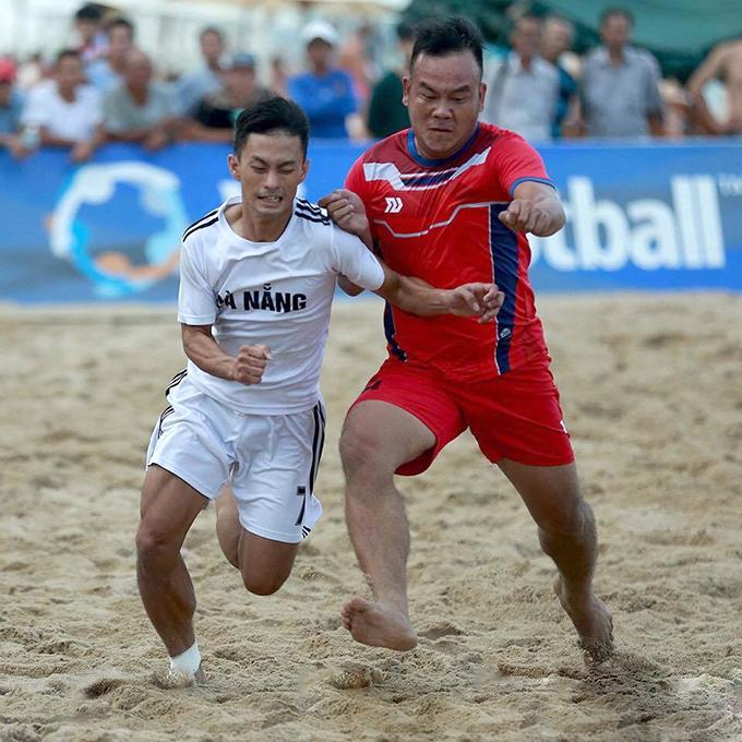 Cầu thủ Đà Năng và Khánh Hòa tranh chấp trong trận chung kết. Ảnh: VietFootball.