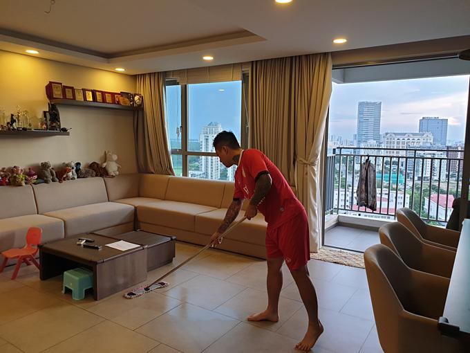 Tuấn Hưng chăm chỉ làm việc nhà thay vợ. Nam ca sĩ cho rằng:
