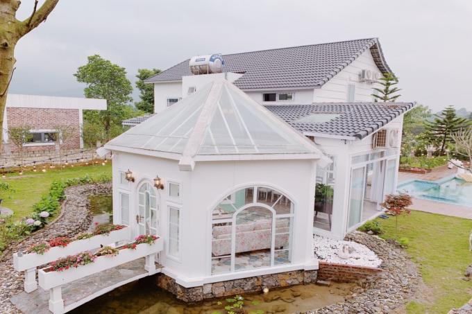 Villa Anne Fleur: Lấy trắng và xanh ngọc làm tông màu chủ đạo, Anne Fleur được thiết kế và trang trí theo phong cách châu Âu. Mỗi góc trong nhà đều có thể trở thành photobooth để khách hàng thỏa thích sống ảo. Đây sẽ là điểm đến thu hút nhiều hội chị em bởi tiện ích hiện đại cùng những khung hình đẹp lung linh.