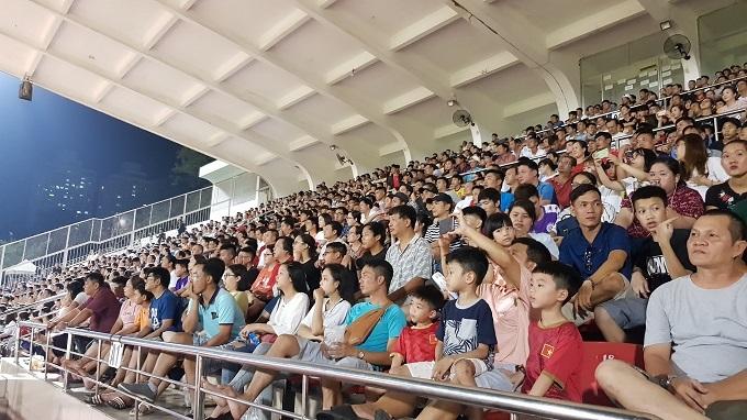 Khán đài A và B sân Thống Nhất đầy ắp khán giả trận Sài Gòn tiếp Hà Nội hôm 21/7. Ảnh: Hữu Nhơn.