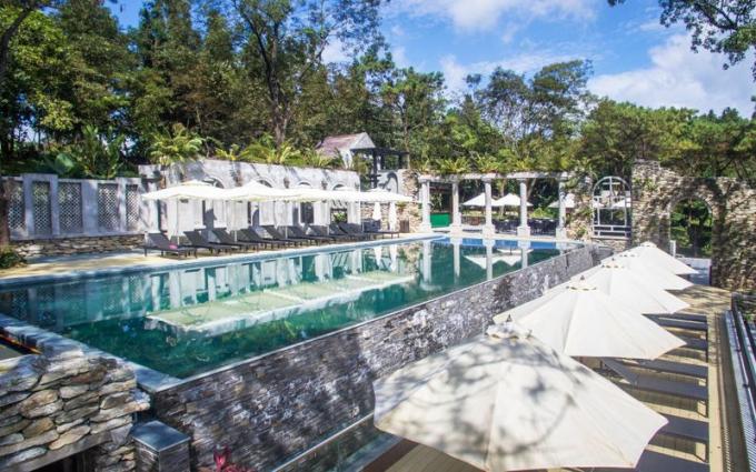 Điểm đặc biệt nhất của villa này là mỗi phòng đều được thiết kế với view khác nhau như view núi, hồ, bể bơi. Vì thế, chỉ cần đứng trong biệt thự, bạn sẽ có những tấm hình sống ảo chất. Không gian núi rừng xung quanh cũng tạo thành một background đậm chất vườn cổ tích cho những shoot hình đẹp.