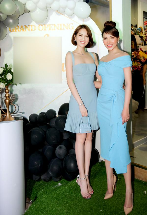Ngọc Trinh mặc váy xanh kiểu corset, xách túi hiệu xinh xắn đến chúc mừng bạn thân.
