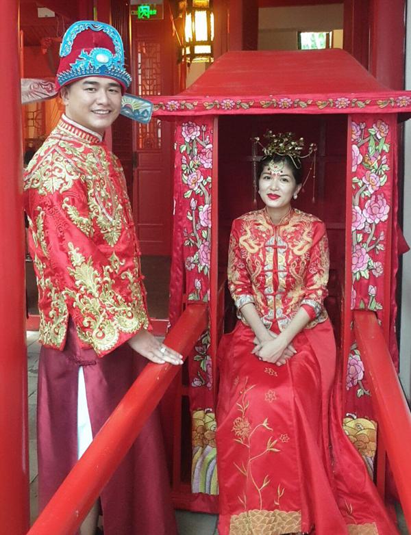 [Caption] Nhận lời mời trở thành đại sứ của nhau thai cừu có nguồn gốc từ Thuỵ Sỹ này, Hoa hậu Toàn cầu 2015, Nữ hoàng sắc đẹp thế giới 2019 Oanh Yến đã cùng bạn trai sang  Chu Gia Giác - cổ trấn ngàn năm Thượng Hải để chụp và quay hình cho FOY- thương hiệu cải lão hoàn đồng mà cô đang là đại sứ.  Mặc dù đã 5 lần sinh nở, nhưng nhan sắc và body của Hoa hậu- nữ hoàng đầu tiên của Vũng Tàu tựa như gái đôi mươi. Chính vì vậy, cô nhanh chóng được nhãn hàng nhau thai cừu FOY đến từ Thuỵ Sỹ mời làm đại sứ thiện chí cho sản phẩm với thông điệp: FOY- Bí quyết níu giữ thanh xuân của hoa hậu- nữ hoàng 5 con Oanh Yến.