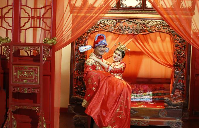[Caption] Địa điểm mà ê kip chọn để thực hiện những shoot hình và clip quay sản phẩm đó là Venice phương Đông hay Venice của Thượng Hải Chu Gia Giác - Đây là thị trấn nhỏ có hình dáng như chiếc quạt gấp, có niên đại hơn 1.700 năm. Năm 1991 được chính quyền thành phố Thượng Hải đưa vào danh mục một trong 4 danh trấn văn hóa đầu tiên ở đây. Để đến được nơi đây, bà mẹ 5 con đã đi đoạn đường khá dài hơn 3 tiếng đồng hồ, với nhiệt độ gần 40 độ C nắng gắt. Mặc dù phải di chuyển cục khổ là vậy, nhưng hoa hậu- nữ hoàng Oanh Yến luôn tươi cười và rạng rõ dưới cái nắng gắt của thị trấn ngàn năm này. Cô chia sẻ không phải vì mình là đại sứ mà có ý định pr quá, nhưng thật sự từ ngày dùng viên nhau thai cừu FOY, cô cảm thấy mình lúc nào cũng tươi trẻ, khoẻ khoắn , và làn da thì đẹp vô cùng mặc dù đã gần 40 tuổi.   Concept thực hiện cho buổi shooting và quay quảng cáo FOY đó là nữ hoàng sắc đẹp thế giới cùng chồng hoá thân thành cặp tân lang, tân nương mới cưới. Và nhờ vào việc sử dụng FOY, mà cặp đôi sẽ trở nên sung mãn, sinh lý mạnh hơn rất nhiều.