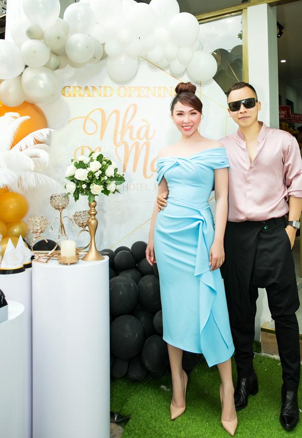 Quỳnh Thư khoe vai trần, dáng thon bên ông trùm chân dài.
