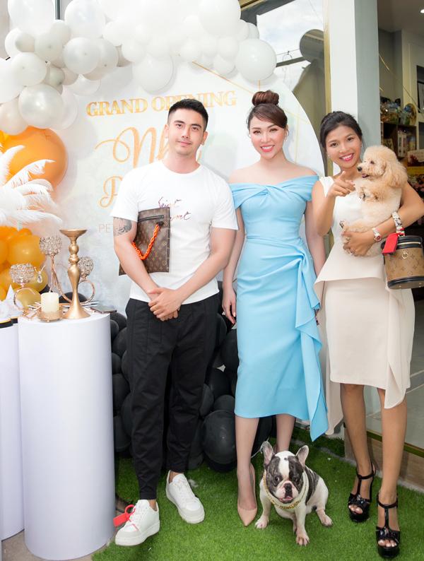 Diễn viên Hoàng Tiến Dũng (trái) cùng một số bạn bè dự buổi khai trương khách sạn, spa cho chó mèo của Quỳnh Thư.
