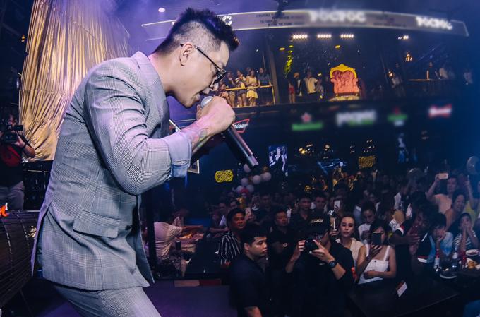 Huấn luyện viên The Voice 2019 chiều fan hết cỡ khi hát thêm nhiều ca khúc được yêu cầu.