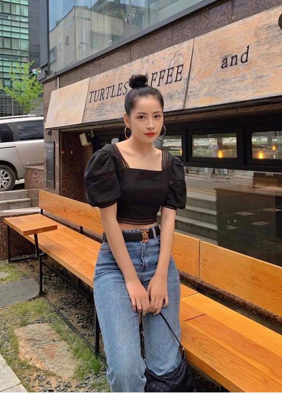 Chi Pu cũng là một trong những nhân vật lăng xê nhiệt tình các kiểu áo hở eo hợp mốt ngày hè. Ca sĩ thường chọn các mẫu áo tay bồng để mix cùng jeans lưng cao.