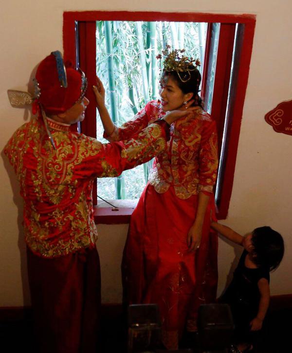 Con gái Oanh Yến tỏ ra lém lỉnh, biết xui bố mẹ hôn nhau khi diễn xuất bên cửa sổ.