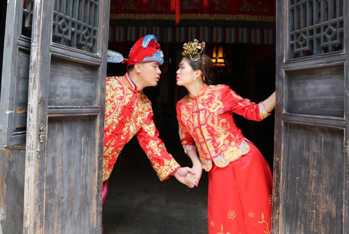 Ông xã Oanh Yến là đại gia, kinh doanh ở lĩnh vực bất động sản. Người đẹp quê Vũng Tàu thừa nhận, chồng luôn chu cấp, lo cho 5 mẹ con cô có cuộc sống đủ đầy. Anh yêu thương cả hai con trai riêng của Oanh Yến như con ruột.
