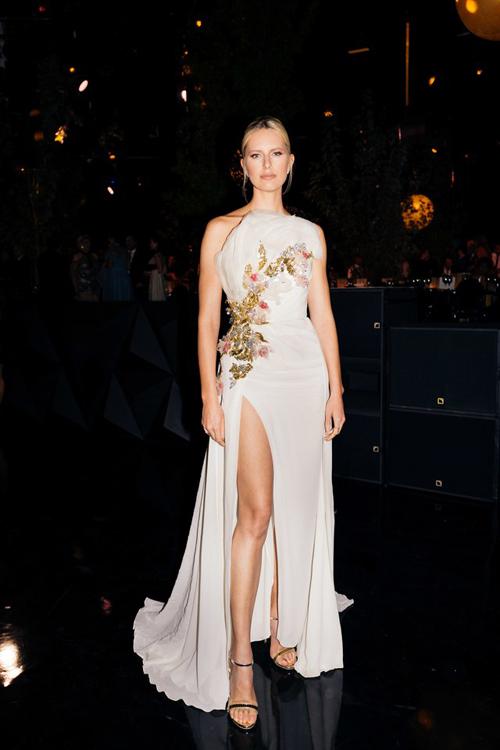 Siêu mẫu Krolin Kurkov khoe vóc dáng chuẩn, đôi chân thon dài trong bộ đầm xẻ tà.