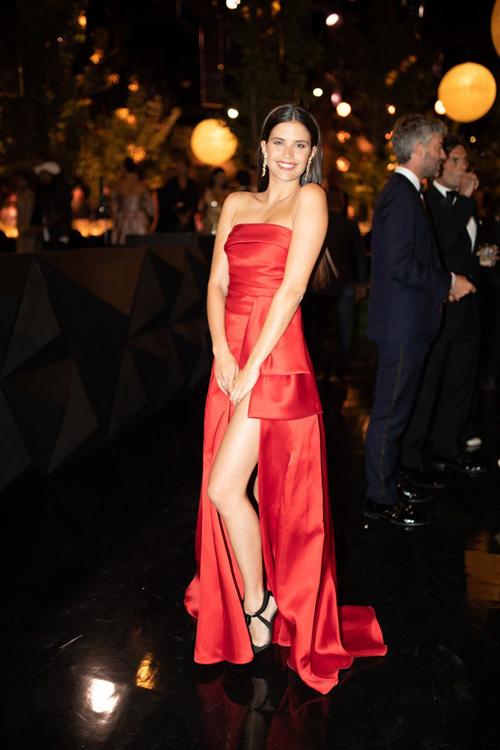 Thiên thần Victoris Secret Sr Smpio diện váy cúp ngực sắc đỏ tối giản.