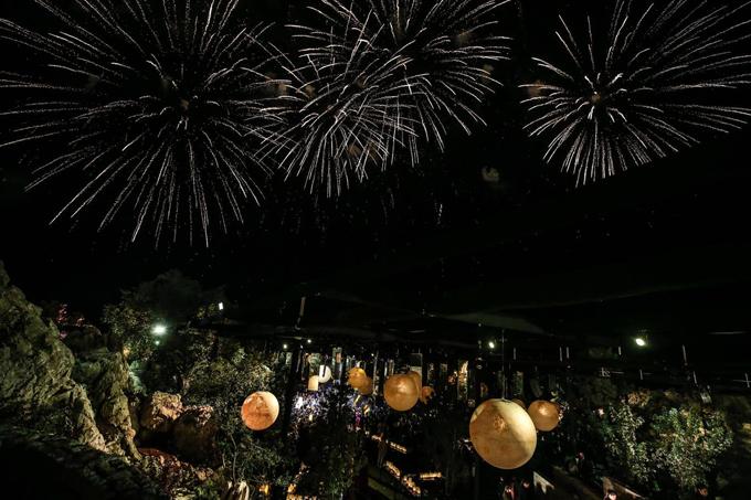 Chủ đề củ đêm tiệc là ánh trăng với sự trng trí cầu kỳ, tỉ mỉ. Nhiều quả bóng tròn mô phỏng mặt trăng được đặt tại nhà củ NTKElie Sb. Để không khí thêm sôi động, cô dâu chú rể còn tổ chức bắn pháo ho.