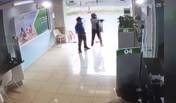 Cảnh tên cướp lia súng đe doạ nhân viên bảo vệ ngân hàng.