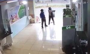 Truy lùng tên cướp nổ súng trong ngân hàng ở Thanh Hoá