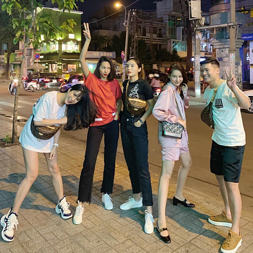 Diệp Lâm Anh bế bụng bầu đi chơi cùng Minh Triệu, Kỳ Duyên và những người bạn. Nữ diễn viên cho biết mới trải qua đợt ốm 20 ngày.