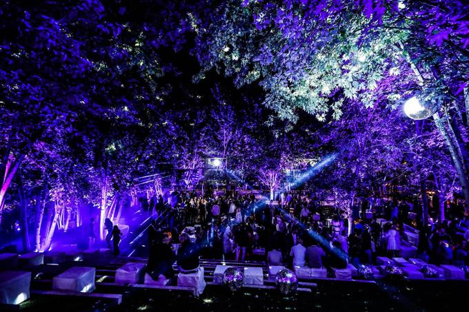 Tối cùng ngày, cô dâu chú rể cùng khách mời cùng khiêu vũ tại Câu lạc bộ Fqr.