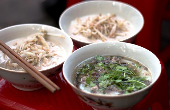 Bánh đúc nộm và bánh đúc nóng là những món quà vặt chỉ có ở Hà Nội.