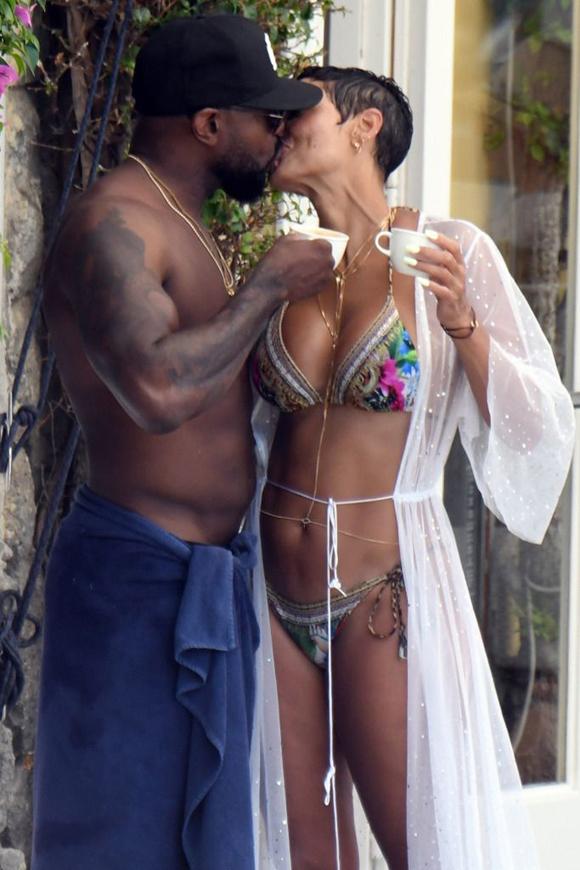 Nicole Murphy bị chụp ảnh hôn đạo diễn đã có vợ, Antoine Fuqua tại Italy hôm 20/7.