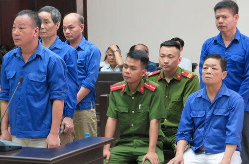 Bị cáo Hưng Kính (ngồi, ngoài cùng bên phải) và đồng phạm tại tòa.