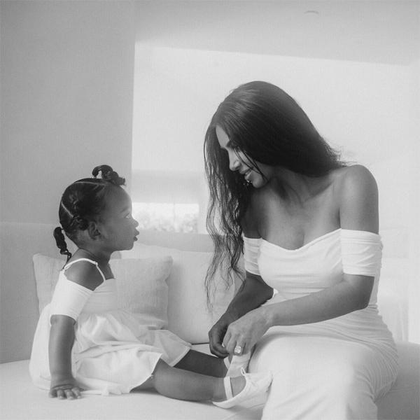 Trong bức ảnh đăng tải hôm 25/7, Kim gọi con gái nhỏ là song sinh của mình bởi bé quá giống mẹ thời nhỏ.