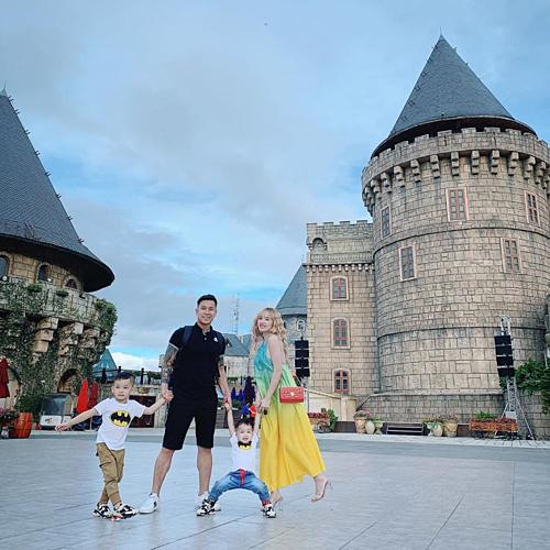 Lê Hoàng The men hạnh phúc bên bà xã và hai con trong chuyến du lịch Đà Nẵng.
