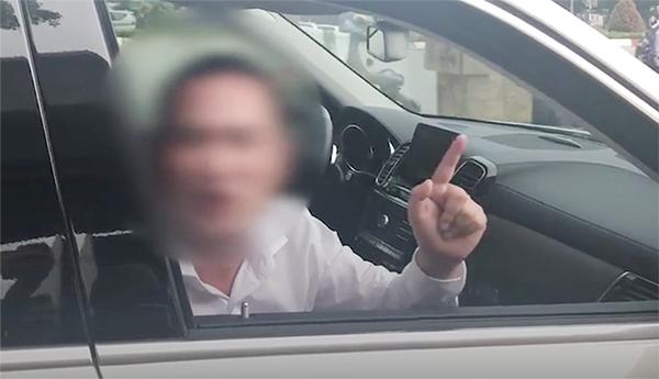 Người đàn ông cố thủ vì cho rằng trên xe có nhiều tiền. Ảnh cắt clip.