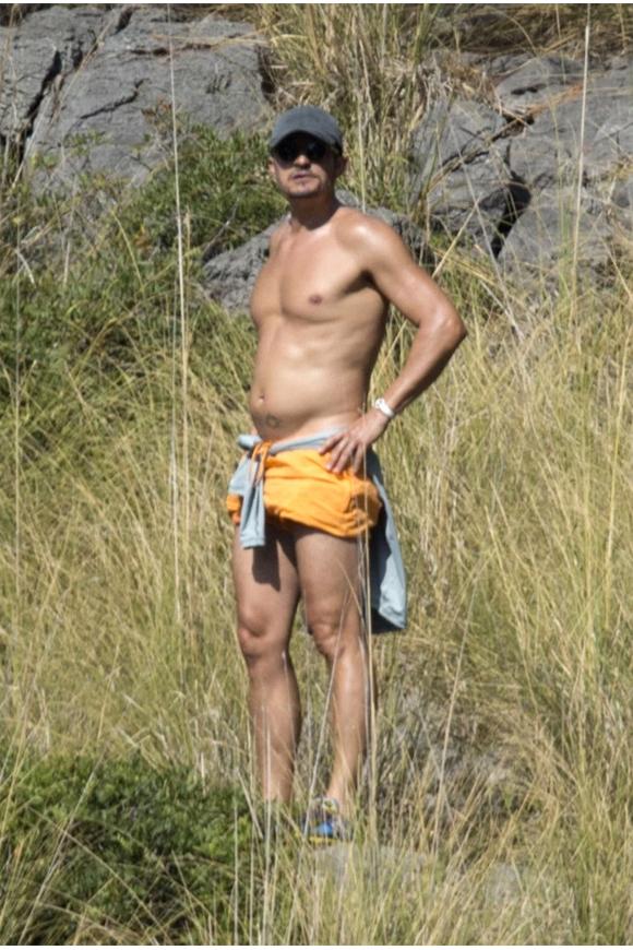 Orlando Bloom được trông thấy đứng bên mỏm đá ngắm Katy Perry tắm biển ở Majorca, Tây Ban Nha hôm 24/7. Vốn là sao nam có thân hình săn chắc sexy nổi tiếng ở Hollywood nhưng Orlando lại gây bất ngờ khi lộ bụng phệ trong kỳ nghỉ. Chuyến du lịch nghỉ dưỡng kéo dài với Katy ở châu Âu có lẽ đã ảnh hưởng tới vóc dáng của tài tử Cướp biển vùng Caribbe.